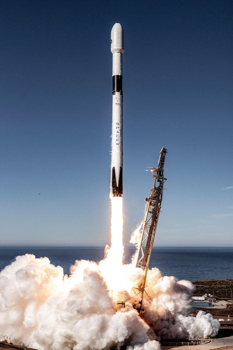 More Falcon 9 launch and landing photos → https://t.co/095WHX44BX https://t.co/FIKkAH1EwU