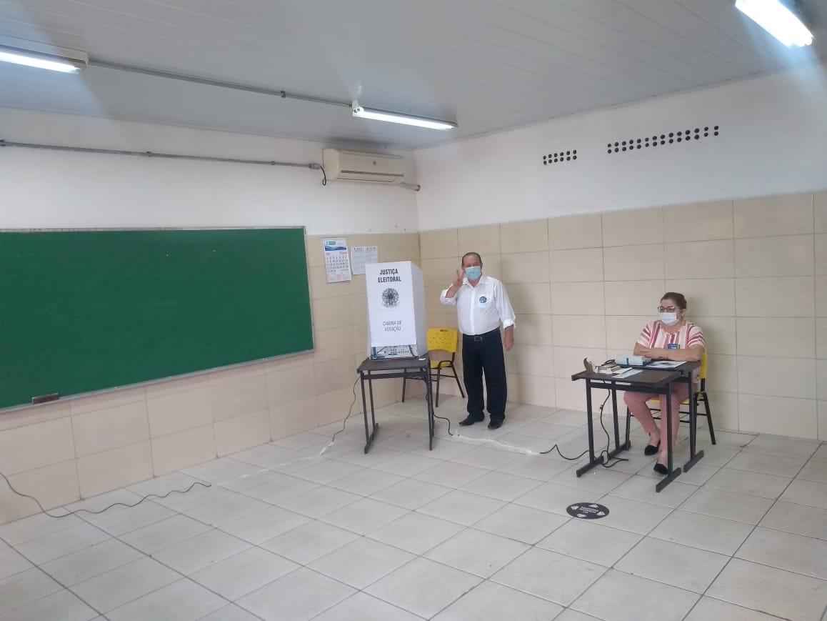 Candidato em Santa Maria, o vice-prefeito Sérgio Cechin (PP) fez✌ para a 📸  do correspondente do Correio do Povo na cidade, Renato Oliveira https://t.co/ttvOJKcEx2