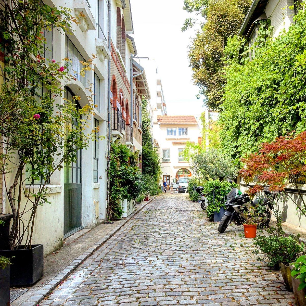 Villa Santos-Dumont, fin d'été, atmosphère bucolique - Paris 15   #parisladouce #paris #pariscartepostale #parisjetaime #cityguide #pariscityguide #paris15 #villasantosdumont #streetsofparis #thisisparis #parismaville #vaugirard