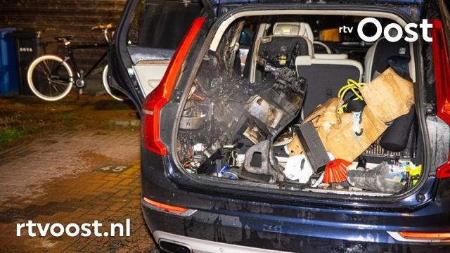 Auto brandt gedeeltelijk uit, politie vermoed opzet. #rtvoost.