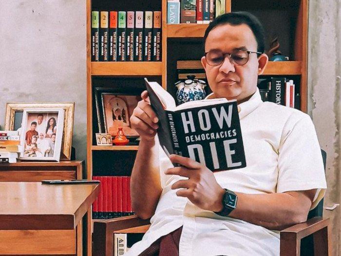 Bacaan Gubernur Indonesia @aniesbaswedan How Democracies Die, terjawab di gambar kedua #bondjamesbond 😅