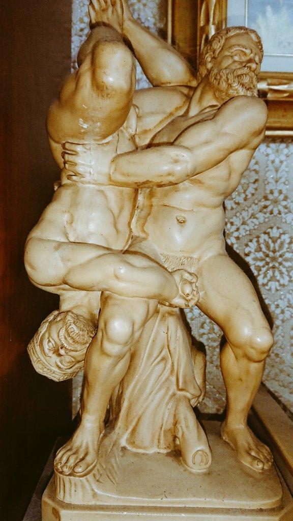 実家にある全裸中年バトル像です。追い込まれてる方が禁じ手を使っています。