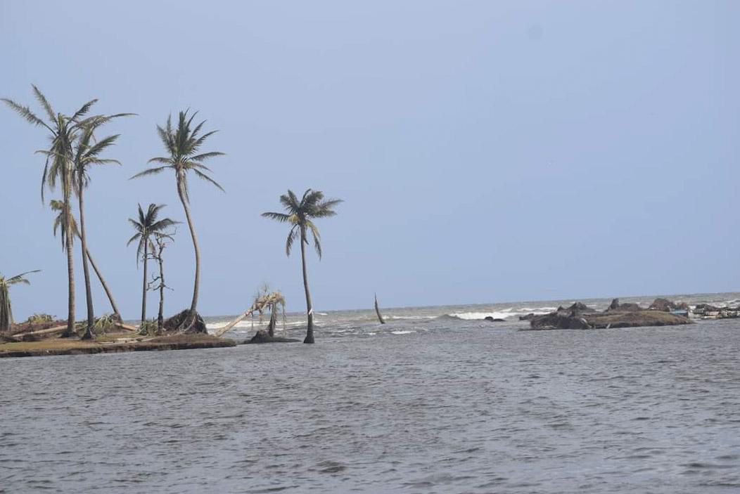 Halouver ahora tiene una nueva barra, aquí no quedó nada, se impuso la furia del #HuracánIOTA y las gigantescas olas que se tragaron la bella y hasta entonces turística comunidad