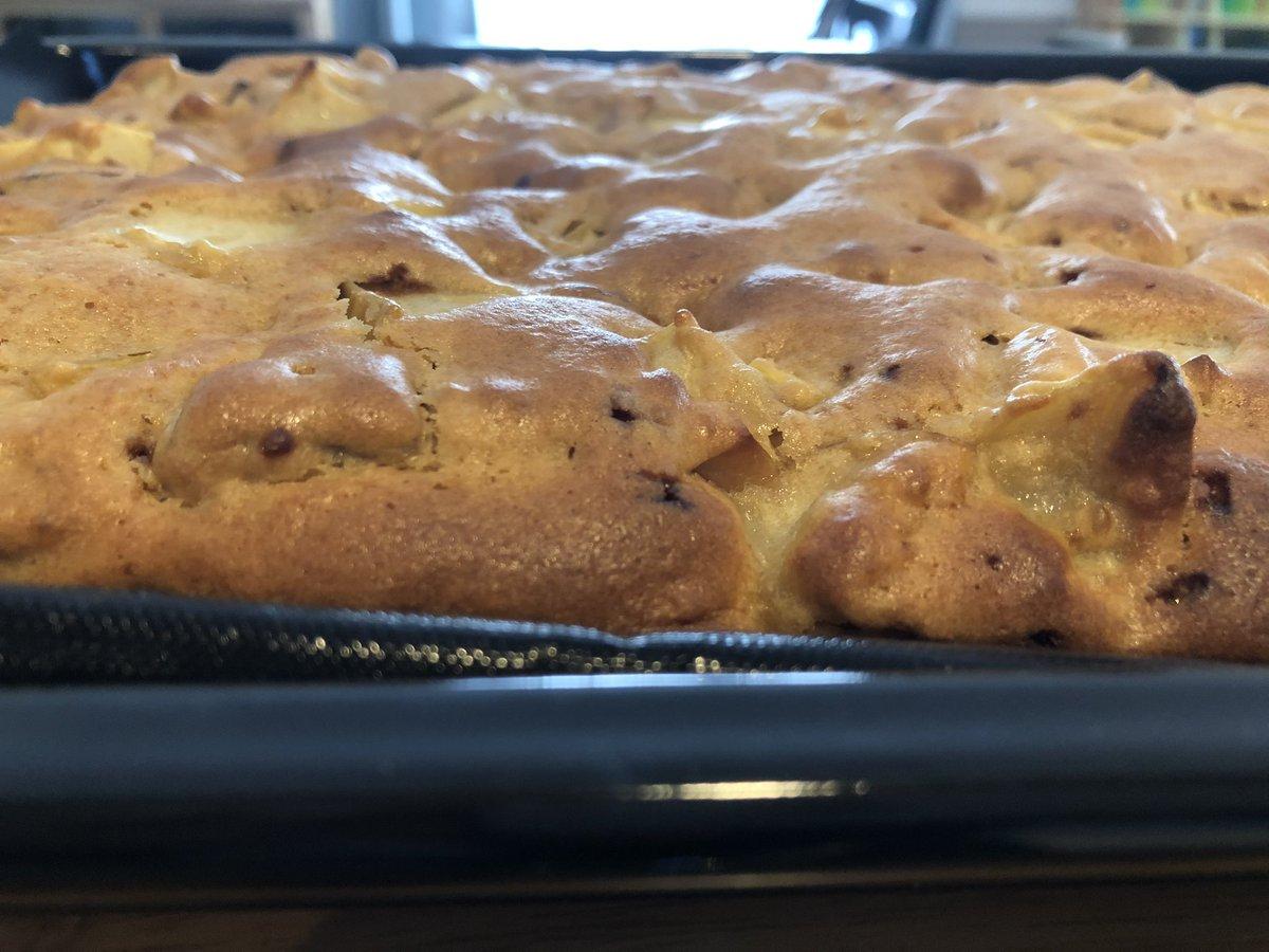 おはようございます❗️体調はいかがですか?昨日の朝ごはんに、さつまいもと林檎の鉄板ケーキ(cookpad)作りました✨秋になると、毎年作る、簡単で美味しい秋を感じられるレシピです😋ちなみにドイツのリンゴは種類が多いです🍎🍏今日も元気にお過ごしくださいね🍀