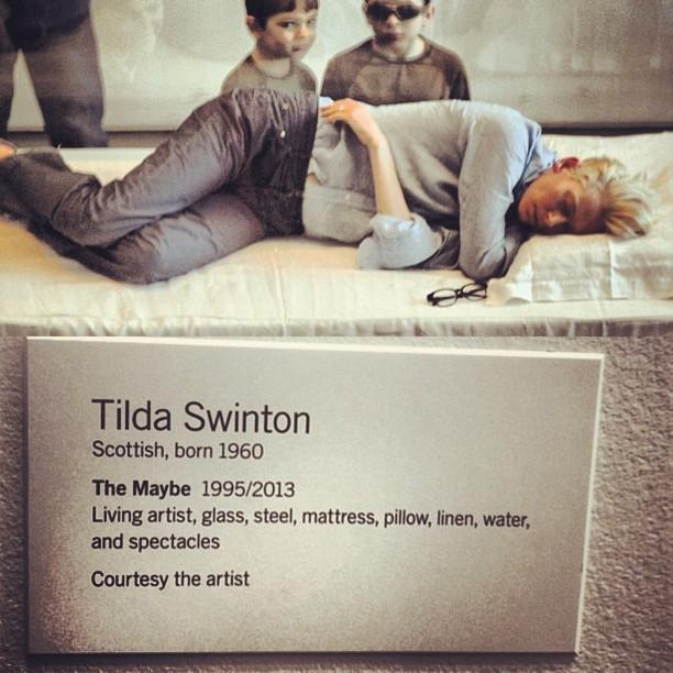 美術館でひたすら昼寝するだけでアート作品になってしまうティルダ様。6時間以上も堂々と眠れるのがそもそもすごい