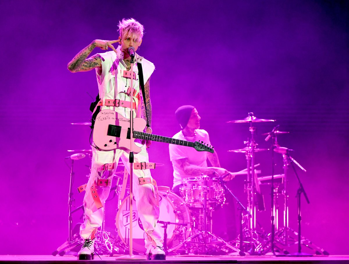 I SWEAR TO GOD, I NEVER FALL IN LOVE... then @machinegunkelly and @travisbarker showed up to the #AMAs now I can't get enough of them.