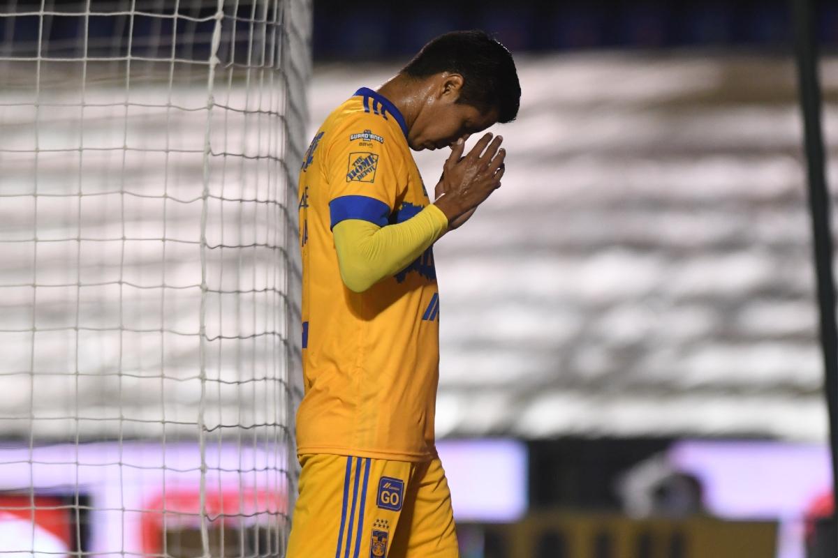 ¡Una mala noche! Hugo Ayala mete autogol y es expulsado dos veces  Ni pudo celebrar el haber igualado una marca de Tomás Boy https://t.co/jAw7iv0LP2 https://t.co/WwhmfNR0H7