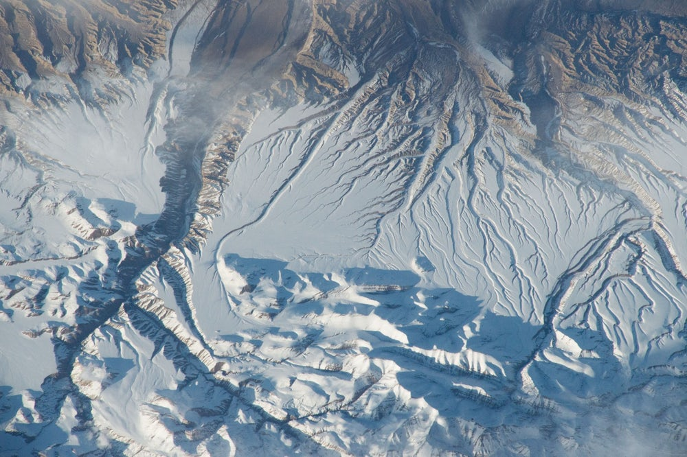 Rivers and gullies cutting through the snow of the Himalayas. (📷 NASA)
