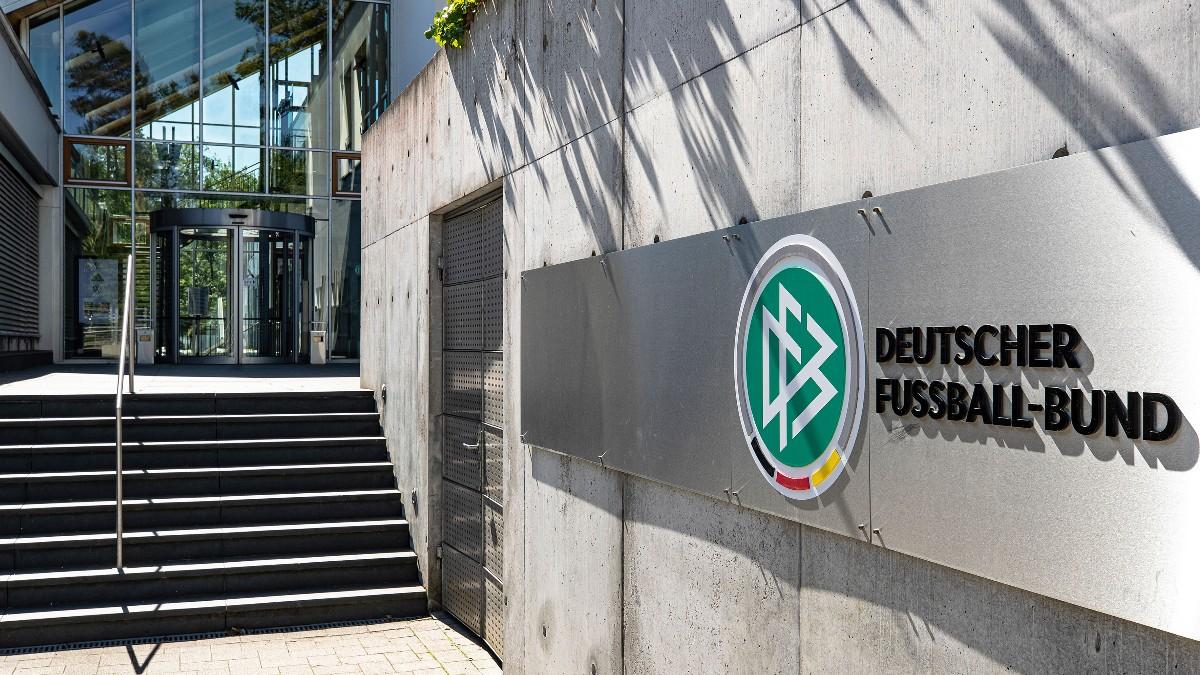 (1/2) Das DFB-Präsidium hat einstimmig einen Fahrplan verabschiedet, um Erkenntnisse zu sammeln, auszuwerten und darüber zu beraten.