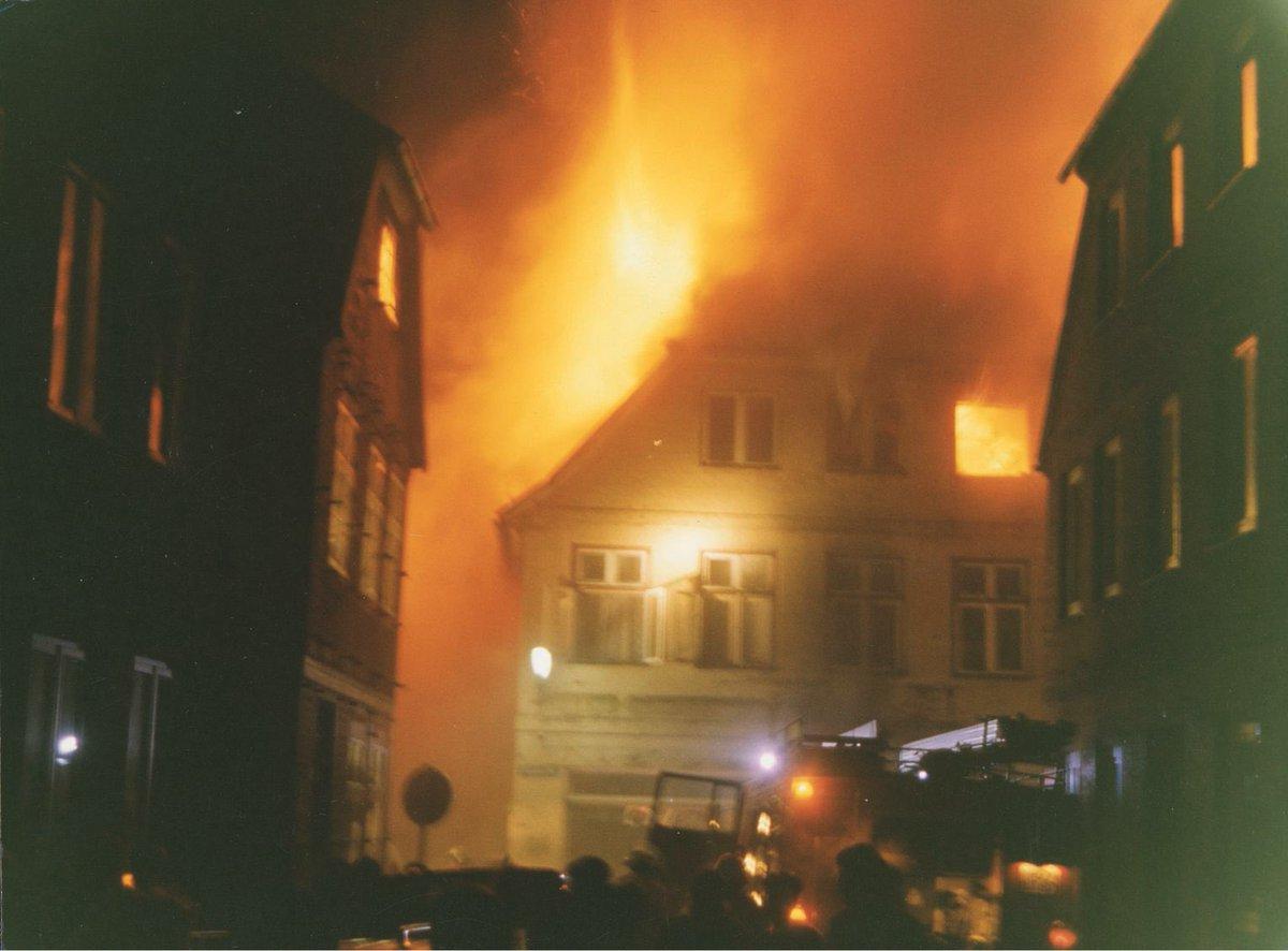 Vor 28 Jahren warfen in #Mölln zwei Neonazis Brandsätze in zwei bewohnte Häuser. Eine Großmutter und zwei ihrer Enkelinnen starben.    Wir Gedenken heute Yeliz Arslan, Ayse Yilmaz, Bahide Arslan.  Das Gedenken an die Familie soll uns allen eine Mahnung sein.  Wir vergessen nicht.