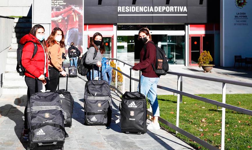 📹 23 jugadoras inician en Las Rozas la concentración de la @SeFutbolFem que quiere sellar el billete de España para la Eurocopa. 🇪🇸 ▶️  #JugarLucharYGanar