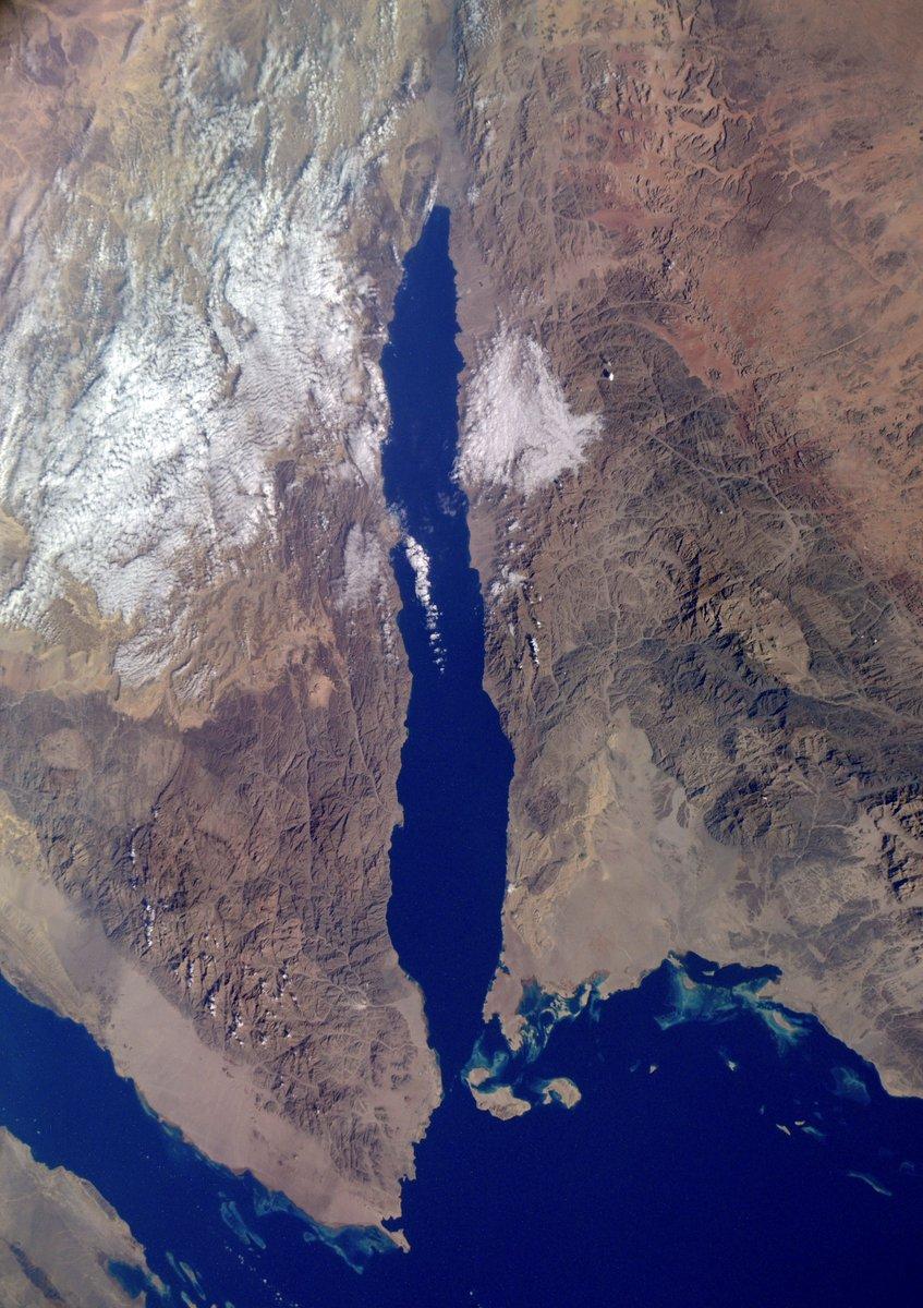 Между Аравийским п-овом и Африкой в тектонической впадине расположено #КрасноеМоре. Оно является единственным в мире, в которое не впадает ни одной реки. Из всех морей именно Красное признано самым теплым! Зимой температура воды здесь равна 23°C, а летом может доходить до +30°C. https://t.co/kyGbDWA1yV