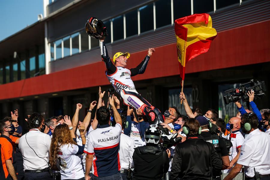 #Motociclismo El italiano Enea Bastianini (Kalex) y el español Albert Arenas (KTM) sufrieron de lo lindo, sobre todo el segundo, para conseguir alcanzar su objetivo de proclamarse campeones del mundo en sus respectivas categorías de Moto2 y Moto3. https://t.co/Wd3may94C9