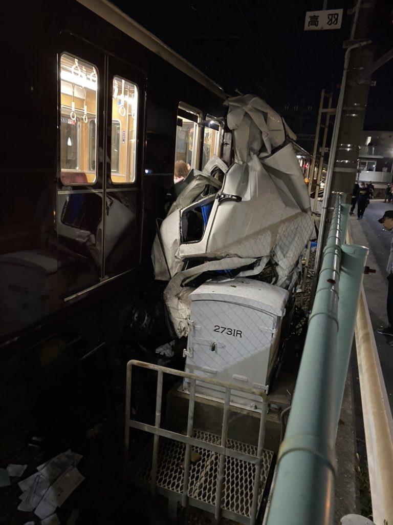 神戸線で軽トラと電車が衝突した画像