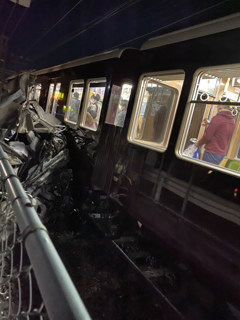 阪急神戸線の御影駅~六甲駅間の踏切事故の現場の画像