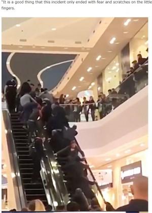 【人力で】買い物客らがエスカレーターを逆向きに動かし、指が挟まれた2歳児を救出 ロシアエスカレーター上で転倒した女児に周囲の買い物客らが気づき、レスキュー隊が到着する前に救出した。