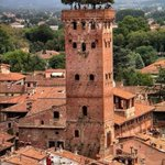 The Guinigi tower is one of the few remaining towers in the center of the city of Lucca, in Tuscany. Built by a family of rich and powerful merchants in the 14th century, it's 45 meters high. The roof top hanging garden with seven trees looks so cool (literally) 🙂