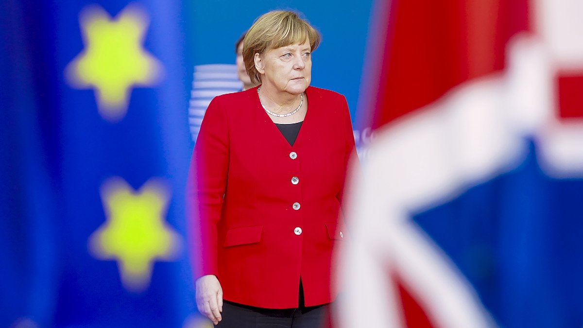 """►#AngelaMerkel : les secrets de sa longévité   Marion Van Renterghem (@MarionVanR), grand reporter, chroniqueuse à l'Express, auteure de """"Angela Merkel, l'ovni politique"""", répondra ce soir aux questions de @melanietaravant.  📺Rendez-vous à 17.30 sur @France5tv ! #Allemagne"""