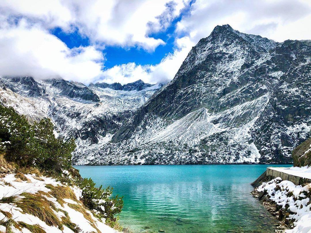 Do you know where the Gelmer Lake is? 🗻  @Haslital | @madeinbern | @MySwitzerland_e  #haslital #gelmersee #snow #turquoise #grimselwelt #lake #mountains #favourite #jungfrauregion #madeinbern #inLOVEwithSWITZERLAND #switzerland  📸