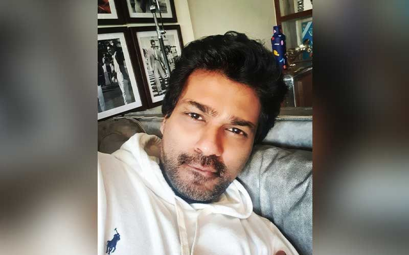 Filmmaker #NikhilDwivedi has once again taken a jibe at celebs for their recent getaways  #Bollywood | #Maldives | #Scam1992 | #Coronavirus | @Nikhil_Dwivedi   READ :