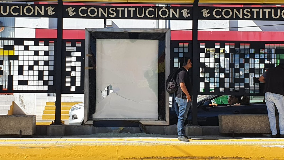 #QroBús  A poco tiempo de que la obra de movilidad en Pie de la Cuesta fuera instalada, ya se encuentra vandalizada.  Cristales rotos, zonas pintadas y mucho más es lo que se puede observar en esta parada de Qrobús.   https://t.co/vXW9iUafP8  #NoticiasDeQueretaro https://t.co/bmC2FOQMhM
