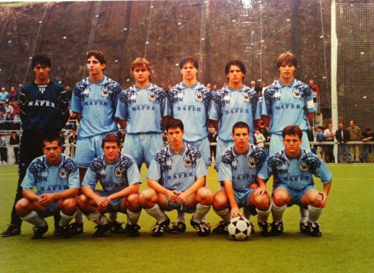 Corría el año 1998 y todo pintaba de color de rosa en el fútbol vasco, con el Athletic y la Real Sociedad entre los 3 primeros de la Liga. Pero lo mejor estaría por llegar en el barrio donostiarra de Berio. El Antiguoko KE estaba a punto de hacer historia. Allá vamos ⬇️⬇️⬇️
