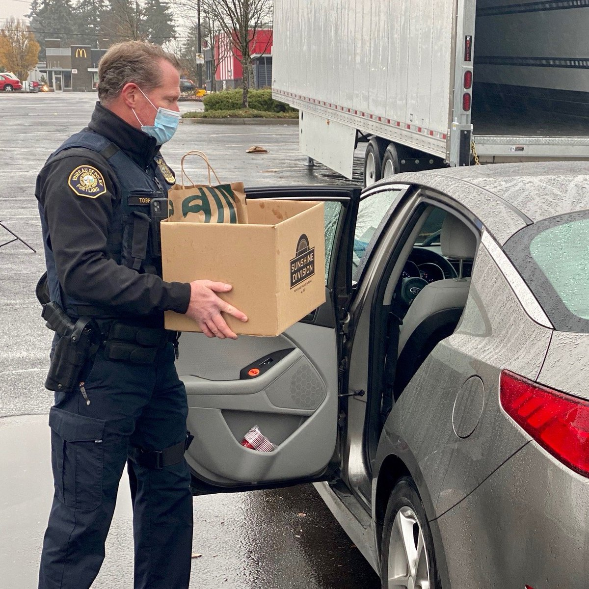 "A huge thank you to @PortlandPolice Officers who are volunteering to help home deliver a ""Sunshine"" Thanksgiving to 1,000 families this week! https://t.co/f60JcqmJ53"