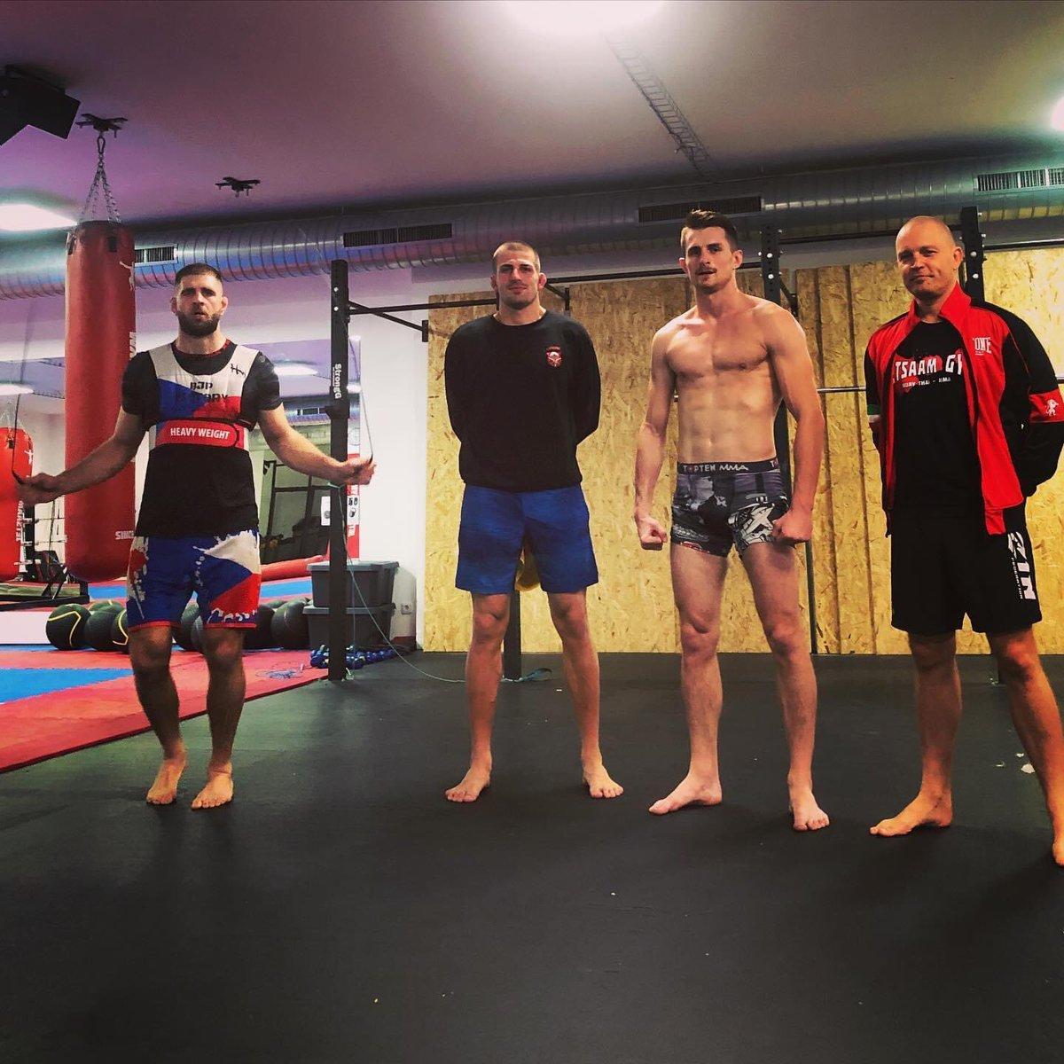 Dnesni trenink profesionalnich sportovcu. @jiri_bjp  a Andrej Kalasnik v priprave na zapasy, JayJay prvni trenink po navratu z nekolikatydenniho prijimace.  Vyzkouseno, ze sport prinasi radost a pozitivni naladu.  #jetsaamgym #jetsaam #mma #oktagonmma #ufc #bjp https://t.co/jSFlCSKkKJ