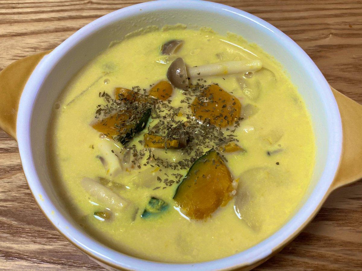 カボチャとしめじの豆乳味噌スープやってみました。カボチャがホクホクで豆乳と味噌合いますね〜😊 #ククれぽ