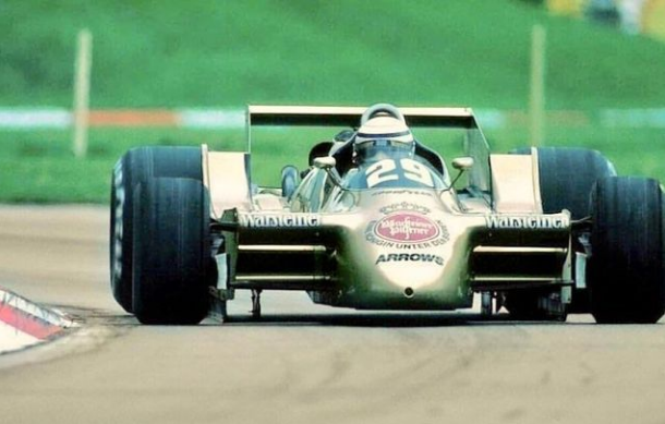 """¿Un auto o un avión?  Miren lo que era el Arrows A2. Nariz redonda sin alerones y las """"falditas"""" para el efecto suelo. Una locura. Como llegaba ese auto al final de una recta...había que tener coraje para subirse.  #F1 #Arrows #RicardoPatrese https://t.co/gLwcK9nr4M"""