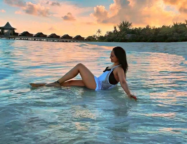 #SonakshiSinha spotted chilling and savoring every bit of her vacation at the Grand Park Kodhipparu!  #granparkkodhipparu #vacations #Maldives #Relaxmode #fun #bollywoodbeauty #trending #images #santabanta