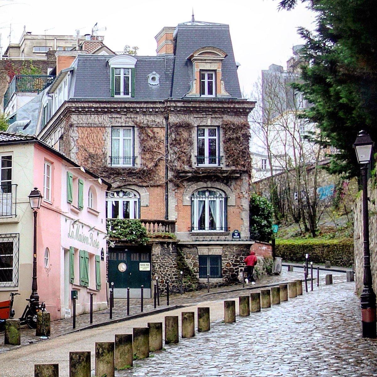 Contraste des architectures à Montmartre, Maison Rose et hôtel particulier rue de l'Abreuvoir - Paris 18  #parisladouce #paris #pariscartepostale #parisjetaime #cityguide #pariscityguide #paris18 #montmartre #streetsofparis #thisisparis #parismaville #ruedelabreuvoir
