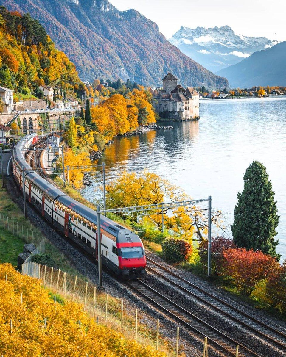 스위스에서 가장 전망 좋기로 소문난 ⠀ 골든패스라인 기차구간   📍 Chillon Castle @bsmith.ch  ⠀ #힐링사진 으로 유명한 스위스 관광청 공식 인스타그램에서 멋진 스위스을 만나보세요! 더 알아보기 👉   #스위스와사랑에빠지다 #inLOVEwithSWITZERLAND