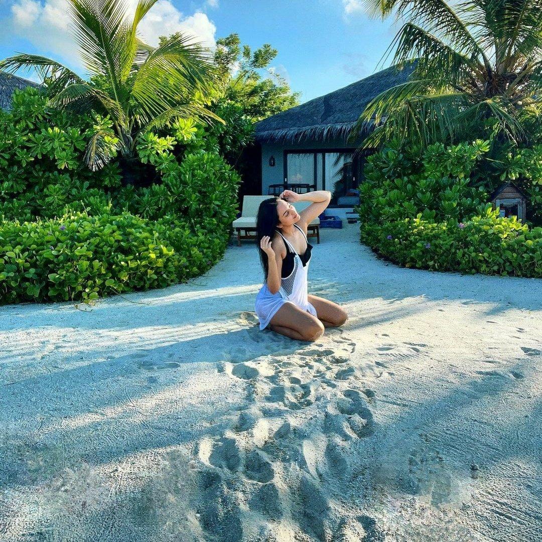 #SonakshiSinha loves being an island girl 🌴✨🌊☀🍹  #Bollywood #BollywoodActress #Maldives #VacationVibes #BeachLife