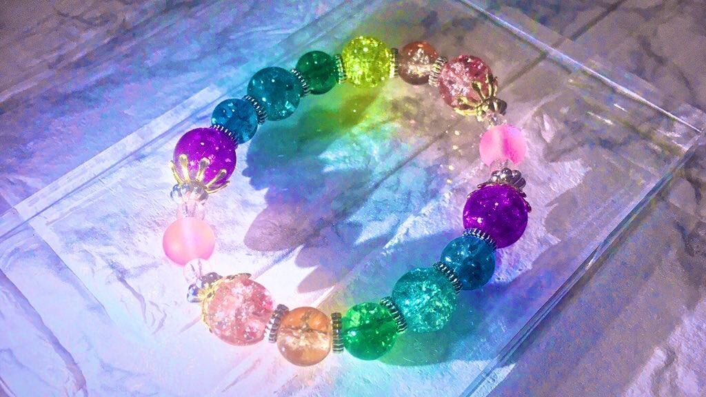 フラン様モチーフの硝子珠ブレスレットを作りました!!彫硝子の鮮やかな乱反射が綺麗に引き出せたのでとても満足です🍁✨