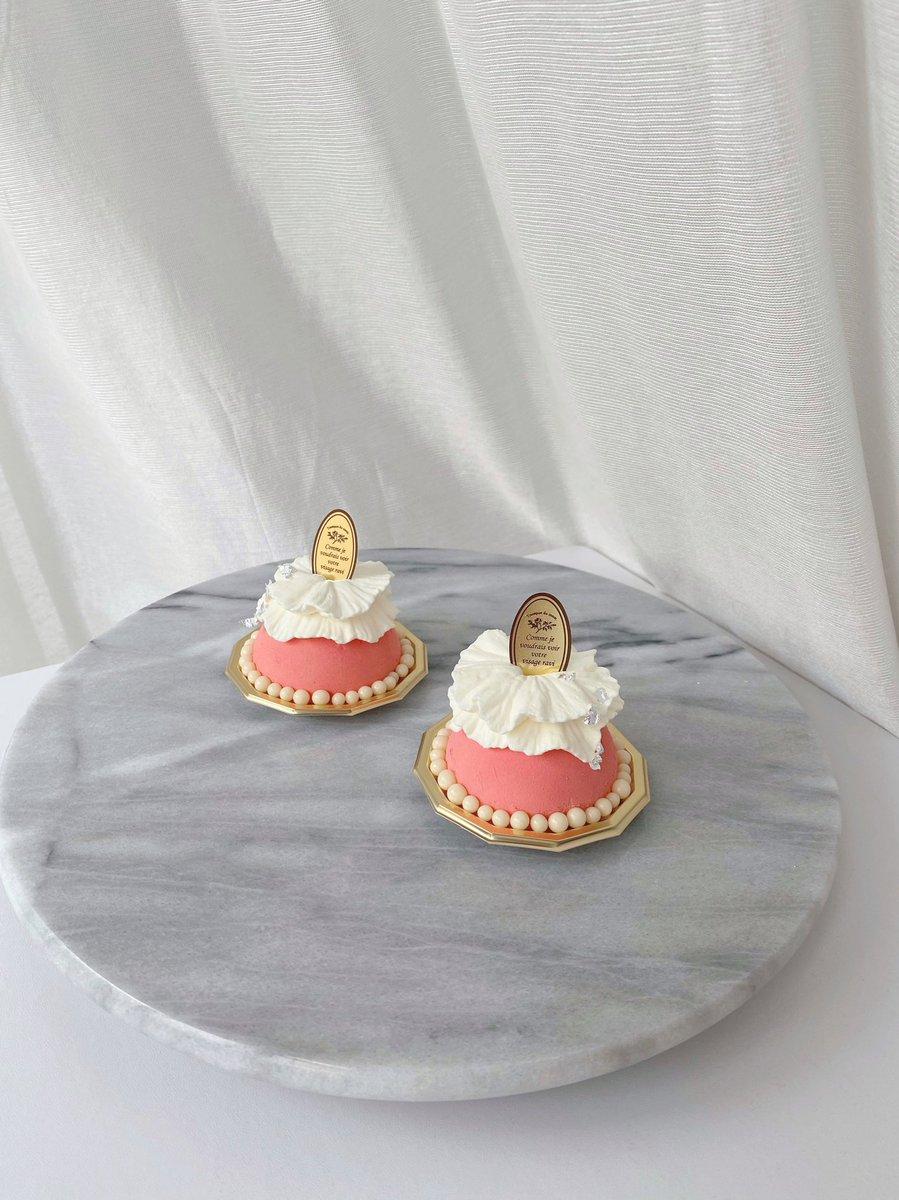 初めてピストレ仕上げのケーキをお家で作ってみました。紅玉の煮りんごとバニラのムースとパイ生地アップルパイにバニラアイス乗せて食べるのが好きだからそんな感じをイメージして…明日は敬愛する椎名林檎様のお誕生日。