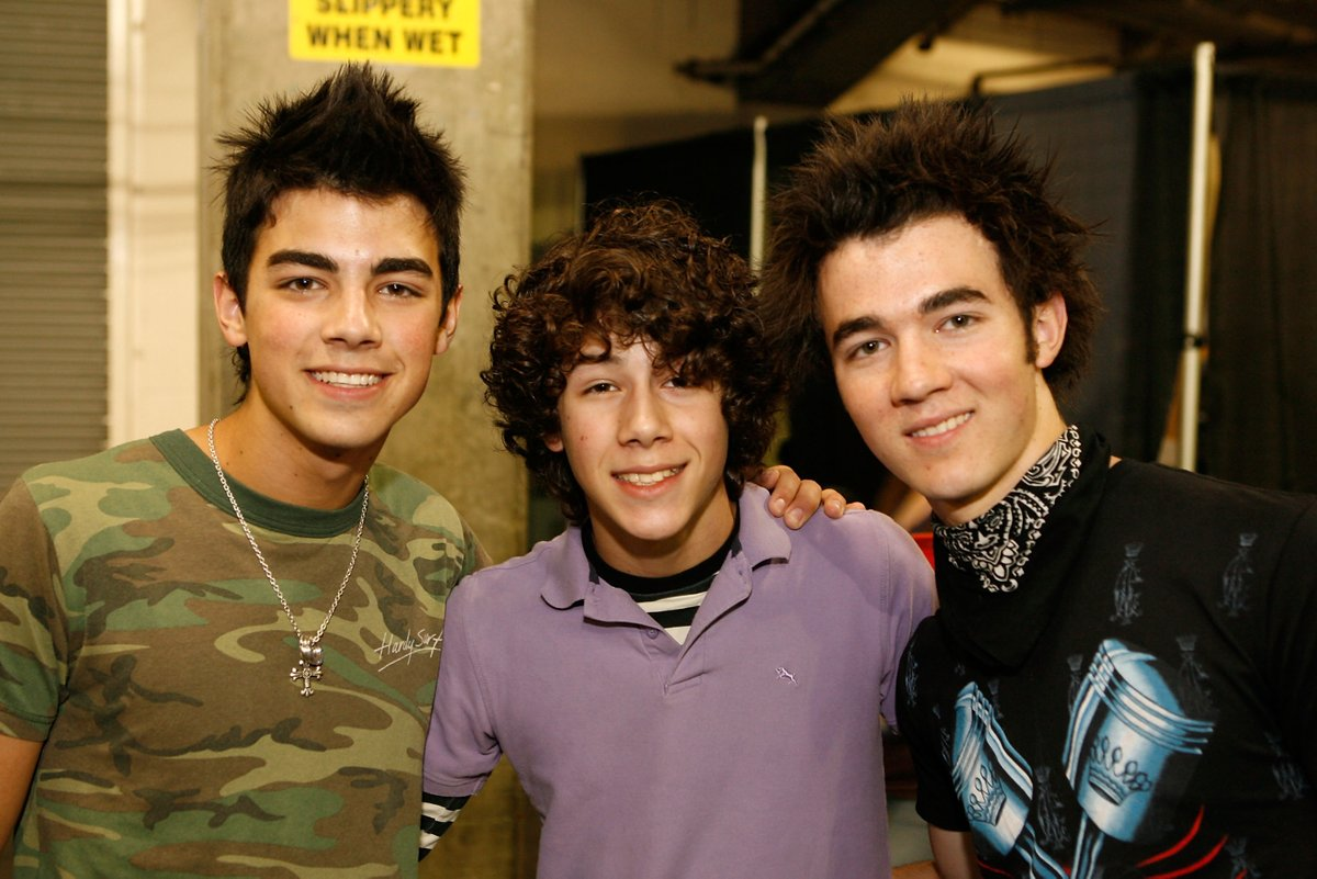 Who needs a time machine? Get your @Spotify #TimeCapsule playlist and throw it right back to when this photo was taken!   What classic Radio Disney artists made it onto your playlist? 🎶