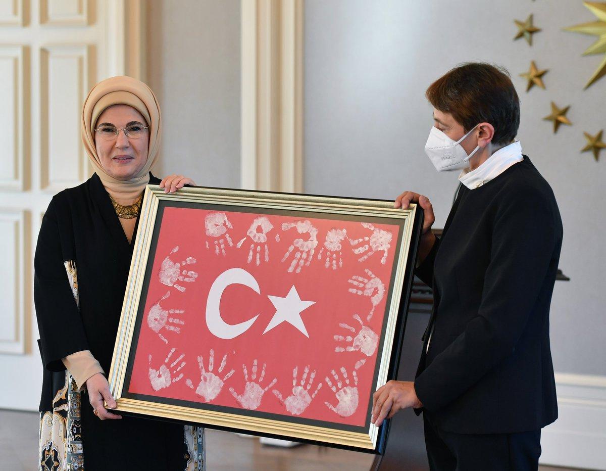Emine Erdoğan, köy okullarında zorlu şartlarda önemli başarılara imza atmış öğretmenlerle bir araya geldi