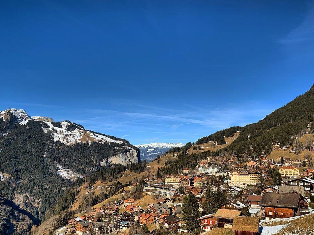 What do you like about Wengen? 🚞🏘️  @WengenSwiss | @madeinbern | @MySwitzerland_e  #wengen #village #sun #snow  #mountains #favourite #jungfrauregion #madeinbern #inLOVEwithSWITZERLAND #switzerland ⠀ 📸