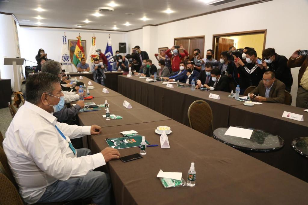 #FBF El fútbol boliviano volverá este fin de semana con la jornada 13:  Real Santa Cruz vs. Aurora Real Potosí vs. Guabirá Always Ready vs. Nacional Potosí Oriente vs. Bolívar Palmaflor vs. San José Wilstermann vs. Royal Pari The Strongest vs. Blooming
