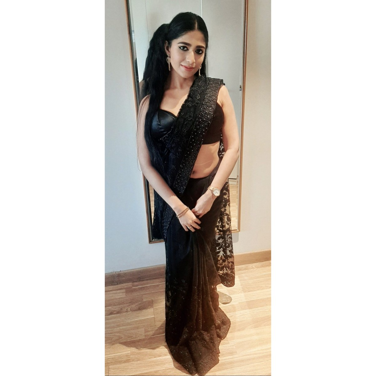 When in doubt, wear a saree and feel sexy! 💋🔥  Deepawali 2k20 ❤💫🥰  #kalipujo #diwali2020 #diwalivibes #diwalioutfit #diwalivibes #diwalispecial #happydiwali #instablogger #beautybloggers #makeupblogger #indianblogger #kolkatablogger #makeupjunkie #blacksaree #sëxy #sexysaree