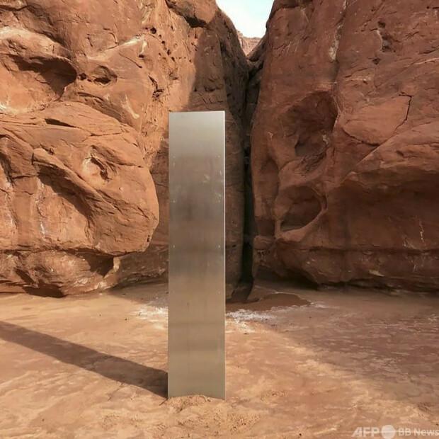 【モノリス?】米砂漠で謎の金属製柱を発見、正体めぐり奇説飛び交う誰が建てたかは不明。上空から見つけたパイロットは「どこかのニューウェーブアーティスト」の作品ではないかと推測した。