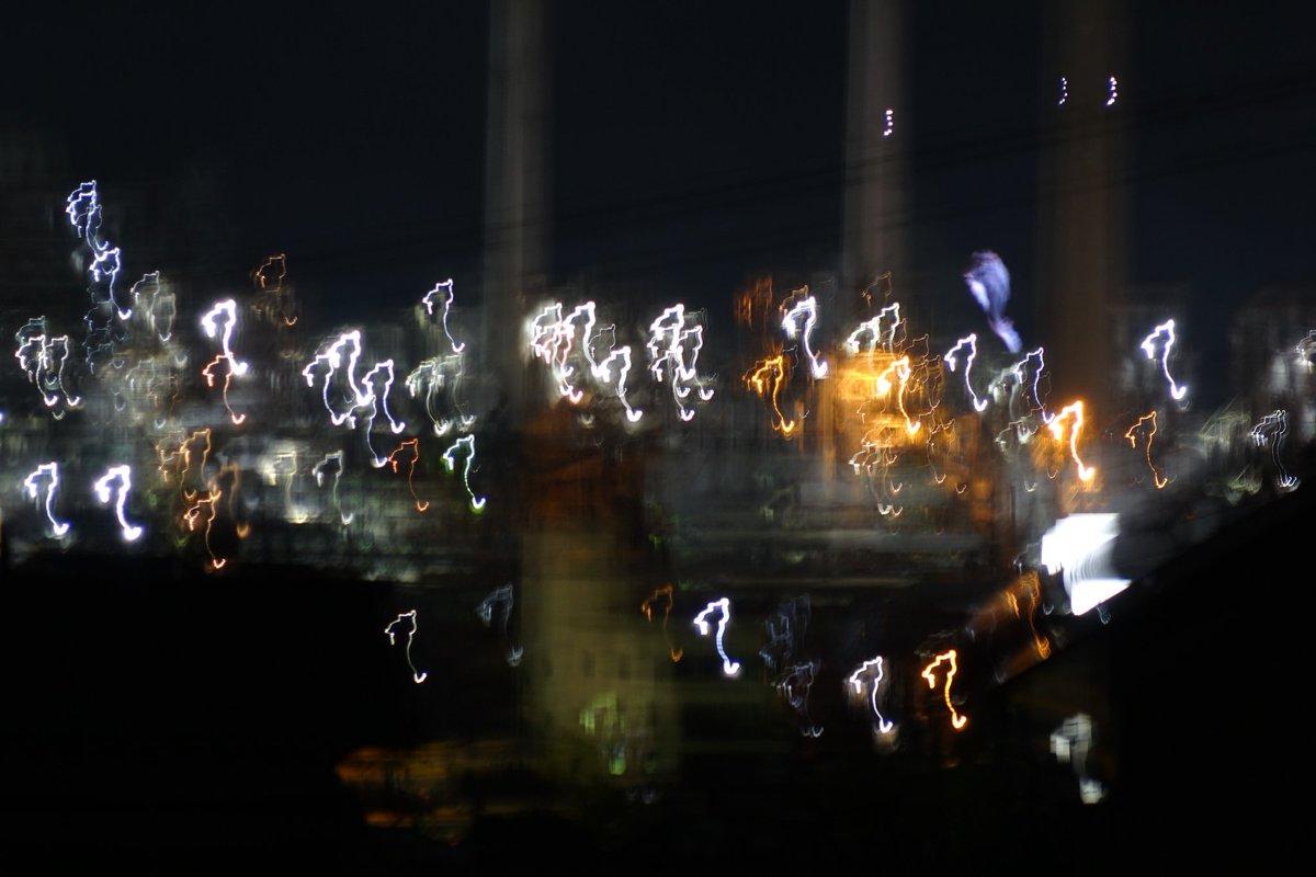 #全日本失敗写真協会ちゃんとしたカメラを手に街の夜景を撮りに行ったらハテナマークのイルミネーションに。工場の夜景はバーコードに。