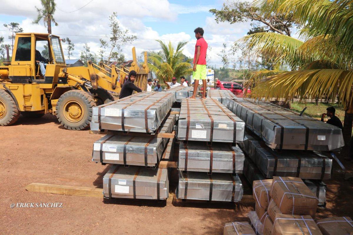 El Buen Gobierno Sandinista que conduce el Comandante Daniel y la Compañera Rosario envían al Municipio de Prinzapolka 30,000 láminas de zinc. Las Autoridades del FSLN recepcionaron, descargaron y resguardaron los Planes Techos. #huracanlota #UnidosSaldremosAdelante  #Nicaragua