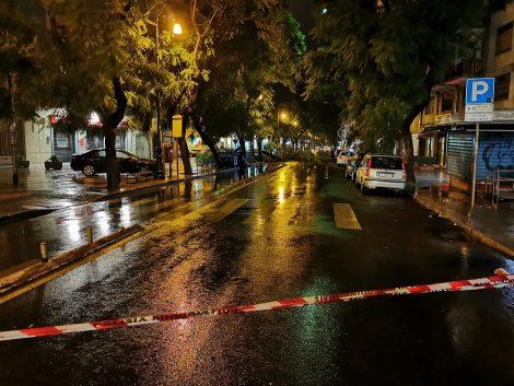 Maltempo, crolla un albero in Corso Tukory, la strada chiusa con un filo che non si vede )FOTO) - https://t.co/93a76GCjWX #blogsicilianotizie