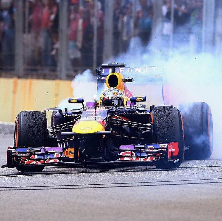 Üst üste 9. galibiyet ve 4. Şampiyonluk. 7 yıl önce bugün... Onlar konuşur Vettel yapar ;) #tbt #F1 #Formula1 #FormulaOne #F1Takipet #SebastianVettel #Seb5😎 #SV5 #F1Takipet https://t.co/pMoErMgk8c