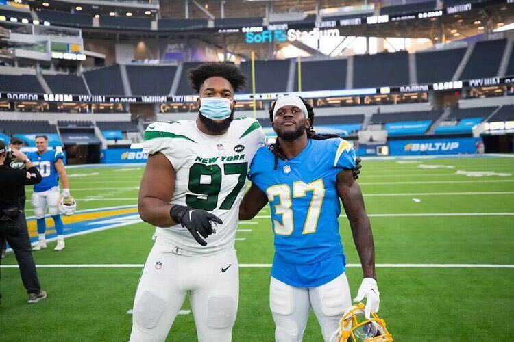 From the GTA to the NFL. ✊  Canadians @NathanDShepherd and @TevaughnsC after Sunday's @nyjets/@Chargers game. 🇨🇦🤗