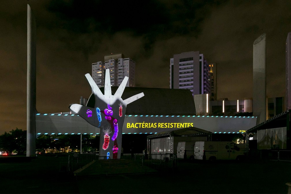 Escultura Mão, de Oscar Niemeyer em SP, é 'lavada' em campanha no combate a superbactérias  #G1