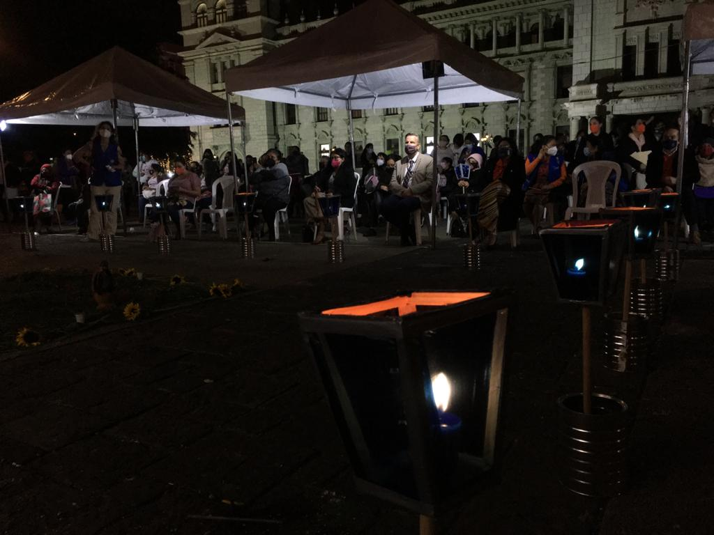 test Twitter Media - Así se desarrollan la vigilia en conmemoración del Día Internacional de la No violencia contra la Mujer en la Plaza de la Constitución.📸José Orozco/La Hora https://t.co/YoRpb71OXj