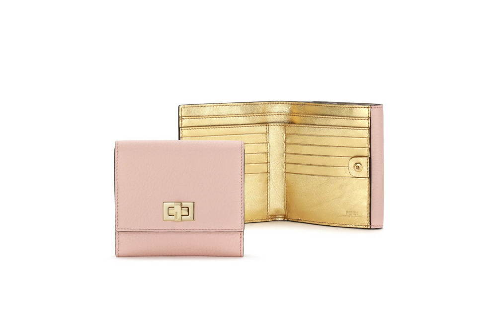 フェンディ「ピーカブー」日本限定の新作レザーグッズ、ピンク×ゴールドの財布やキーケース -